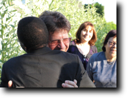 Pfarrer Kaiser umarmt und begrüßt Charles